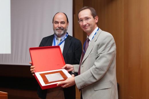 Momento de la entrega del 'Premio Joan Codina' al Dr. Eduardo de Teresa