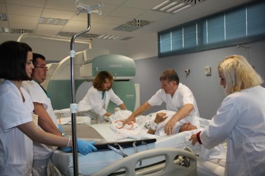 Profesionales de la unidad de Nuclear colocando a un paciente en una gammacámara