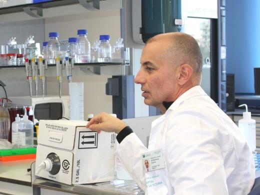 Javier Estebaranz, en el laboratorio de investigación del Hospital Clínico