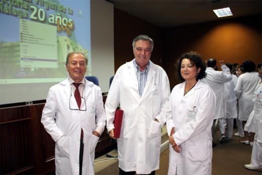 Los Dres. Fernández Crehuet y Pinedo junto a Rosario Corrales