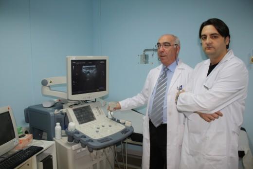 Los doctores Ruiz-Escalante y Márquez observan una ecografía