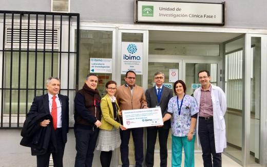 El IBIMA recibe una donación para colaborar en la investigación contra el cáncer
