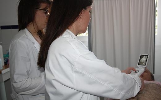 Realización de una ecografía abdominal con un ecógrafo portátil