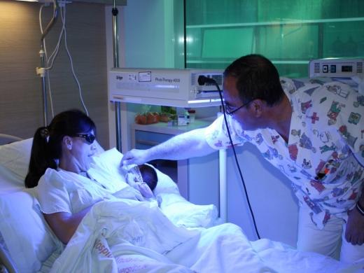 Aplicación de fototerapia a recién nacidos en la misma habitación de sus madres