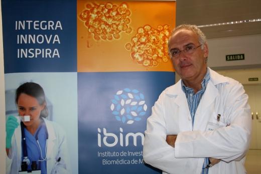 El Dr. Guillermo Estivil Torrús en el Laboratorio del Hospital Civil