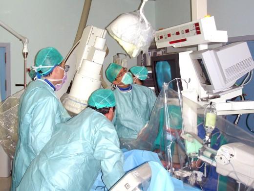 Implantación de válvula aórtica a ancianos enfermos de corazón por cateterismo