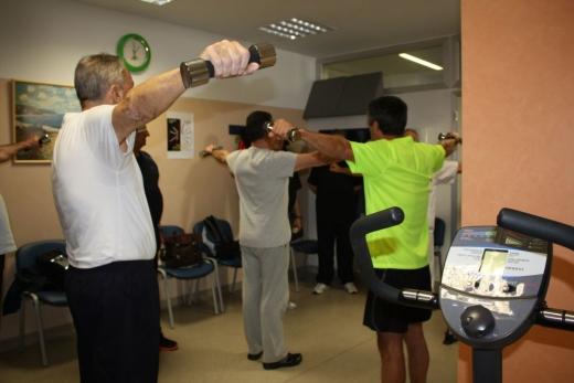 Pacientes realizan ejercicios en el gimnasio