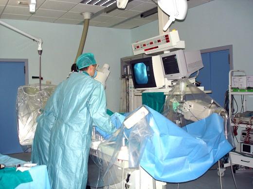 Profesionales de Hemodinámica del Clínico durante una intervención a un paciente