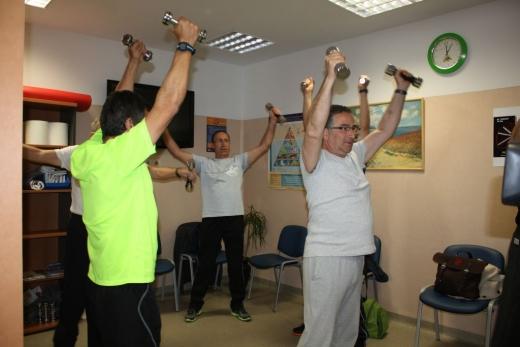 Pacientes realizan ejercicios de rehabilitación respiratoria