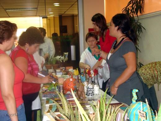Exposición de productos artesanales fabricados por los pacientes