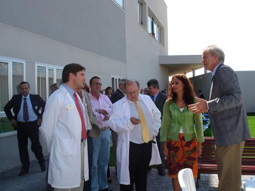 La Consejera de Salud en el patio exterior de la nueva unidad