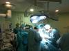 Equipo de profesionales trabajando en un trasplante renal