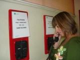 Puntos de información con los listados de los teléfonos de las habitaciones